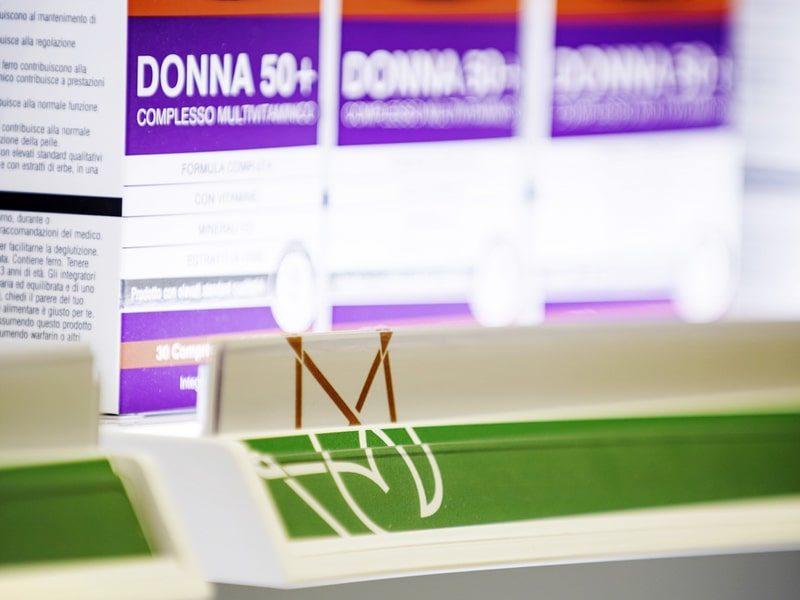 Comunicazione mensola portaprezzi farmacia
