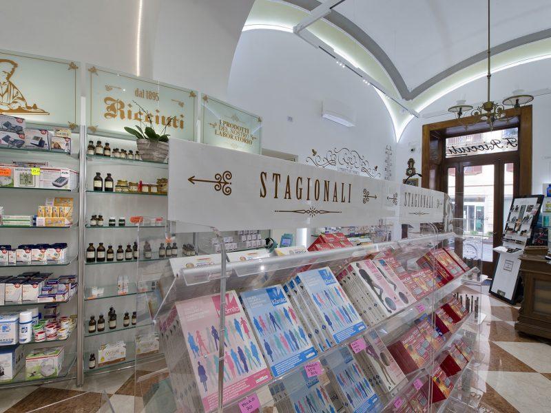 Esposizione mobili classici farmacia